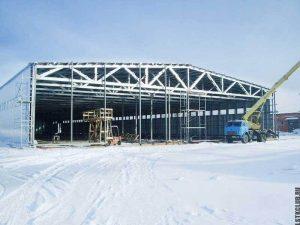 Завершение строительства большого ангара с двускатной крышей.