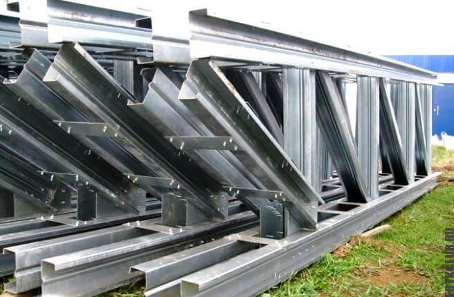 Комплект стальных тонкостенных профилей.