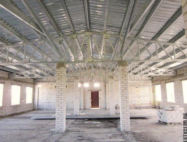Вид внутри здания из металлического каркаса