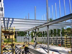 Процесс установки быстровозводимого здания по технологии ЛСТК.
