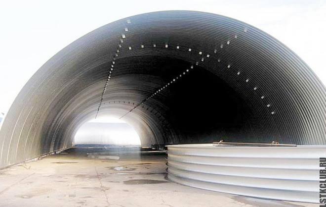 Арочный металлический ангар на этапе строительства