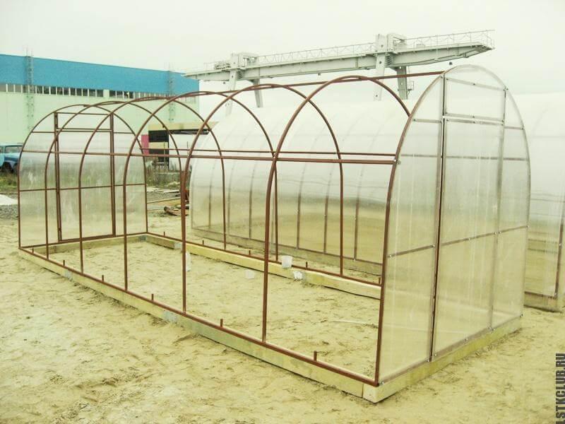 Готовая металлическая теплица (вид снаружи)
