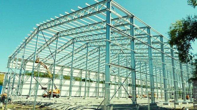 Промышленное сооружение из стального каркаса