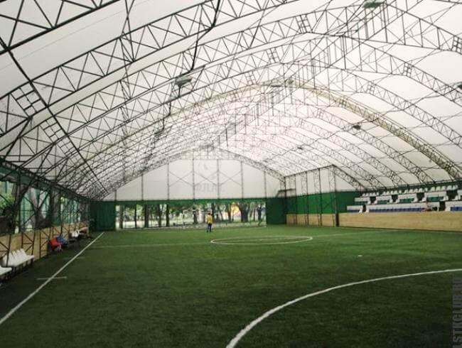 Спортивная площадка внутри конструкции из металлического каркаса
