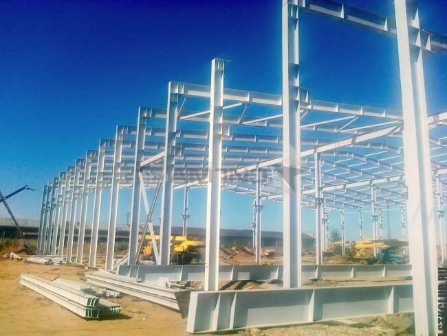Процесс строительства крупного сооружения из металла