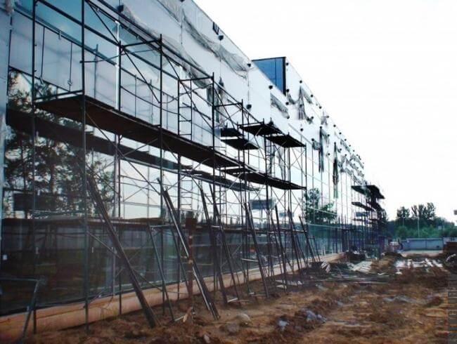 Фасад выполнен сайдингом с остеклением.