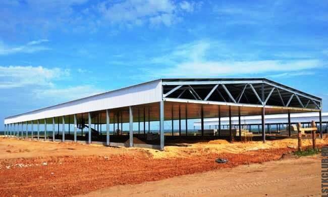 Простой вариант каркасного ангара сельскохозяйственного назначения из легких металлоконструкций.