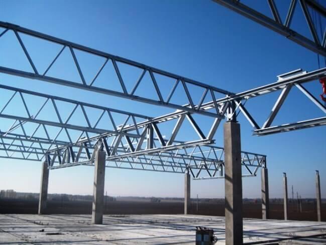 Вид на устройство фермы в готовом стальном складе